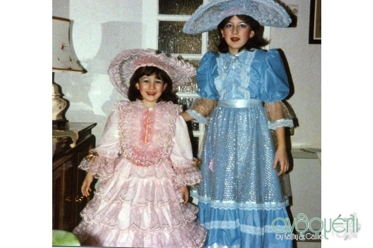 Αααα, τα Ανθομελάκια... με το ροζ η Κάλη ντυμένη Ιουλιέτα και με τα γαλάζια η Κατερίνα ντυμένη Γαλάζιος Δούναβης (μα που τις βρίσκουν αυτές τις ονομασίες,χιχι)! Αυτές οι στολές μας ακολούθησαν για πολλά χρόνια! Ποιότητα άλλο πράγμα... αφού ήθελα να σκιστούν μπας και πάρω καμιά καινουργια και δεν έλεγαν να χαλάσουν! Αλήθεια τι να απέγιναν; (Μαμά;;;;;)