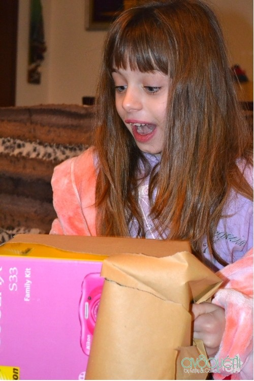 Η Μελίτα όλο ενθουσιασμό καθώς ανοίγει το δώρο της!