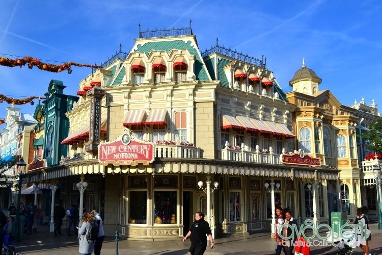 Εντός της Disneyland θα βρείτε καταστήματα όπως αυτό που συνδέονται μάλιστα το ένα με το άλλο για ... συνεχόμενο shopping.