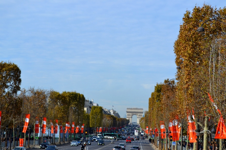 H Champs-Elysee με τα υπέροχα δέντρα της και στο βάθος τη Αψίδα του Θριάμβου