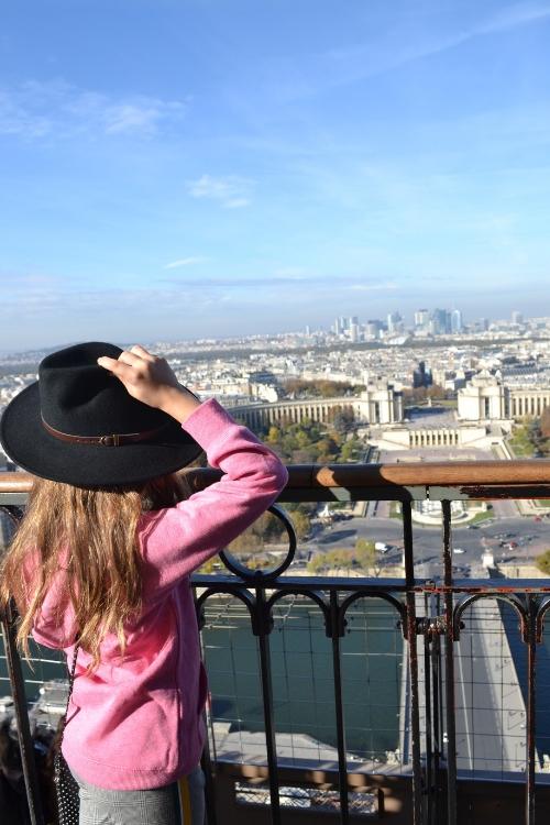 Θαυμάζοντας τη θέα από τον Πύργο του Άιφελ