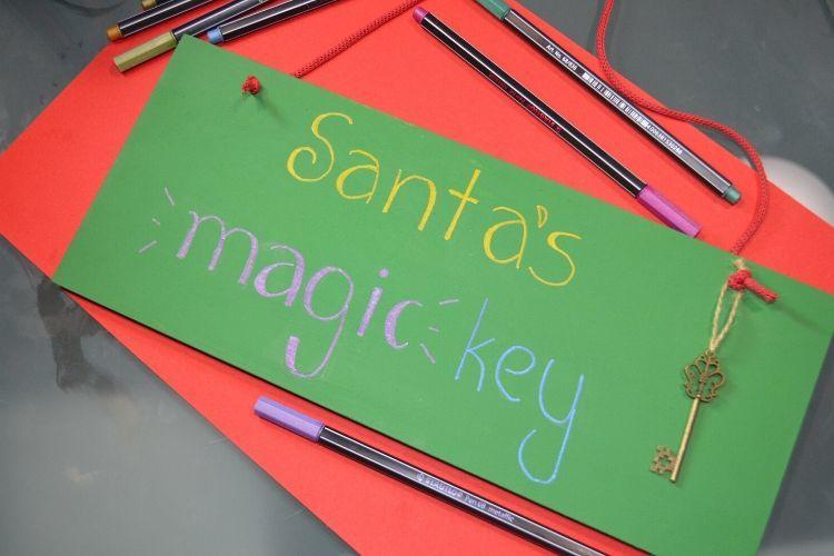 Ξύλινη κρεμαστή πινακίδα με το μαγικό κλειδί του Άγιου Βασίλη