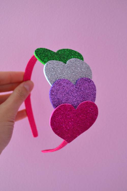 Πώς να φτιάξτε μόνοι σας στέκες για κορίτσια με αφρώδες υλικό και τσόχα