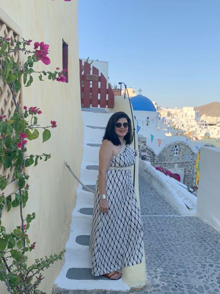 Ξωκλήσι στην Οία της Σαντορίνης, φόρεμα azalea.com.gr