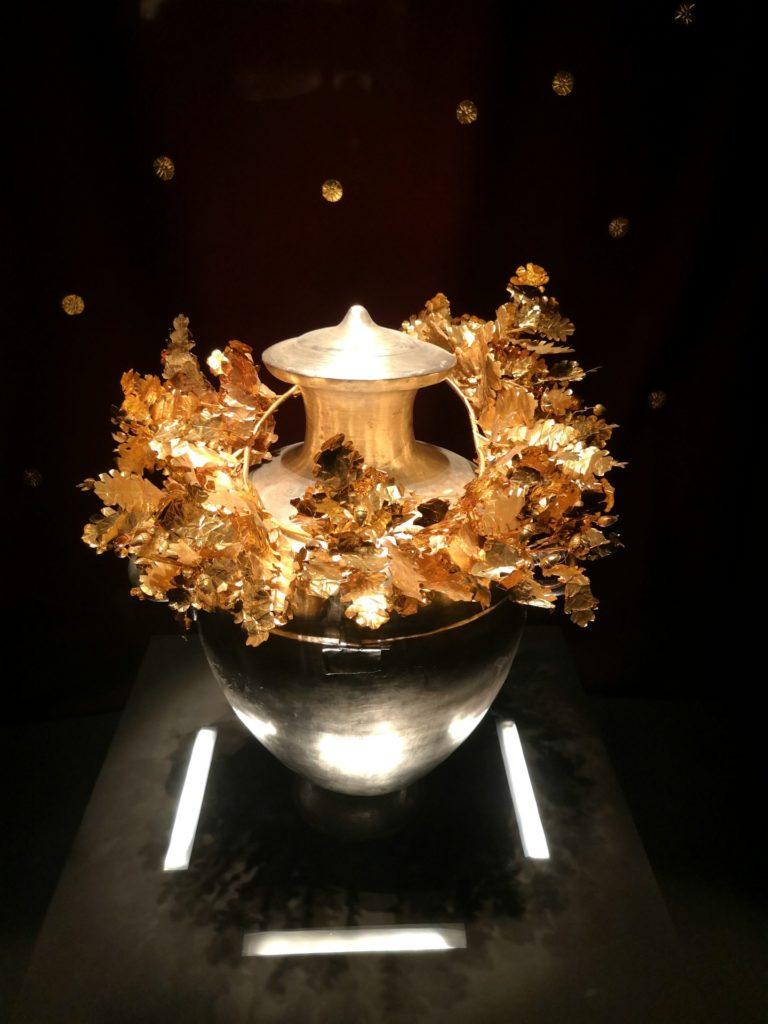 Στο Μουσείο των Βασιλικών Τάφων της Βεργίνας, ασημένια τεφροδόχος