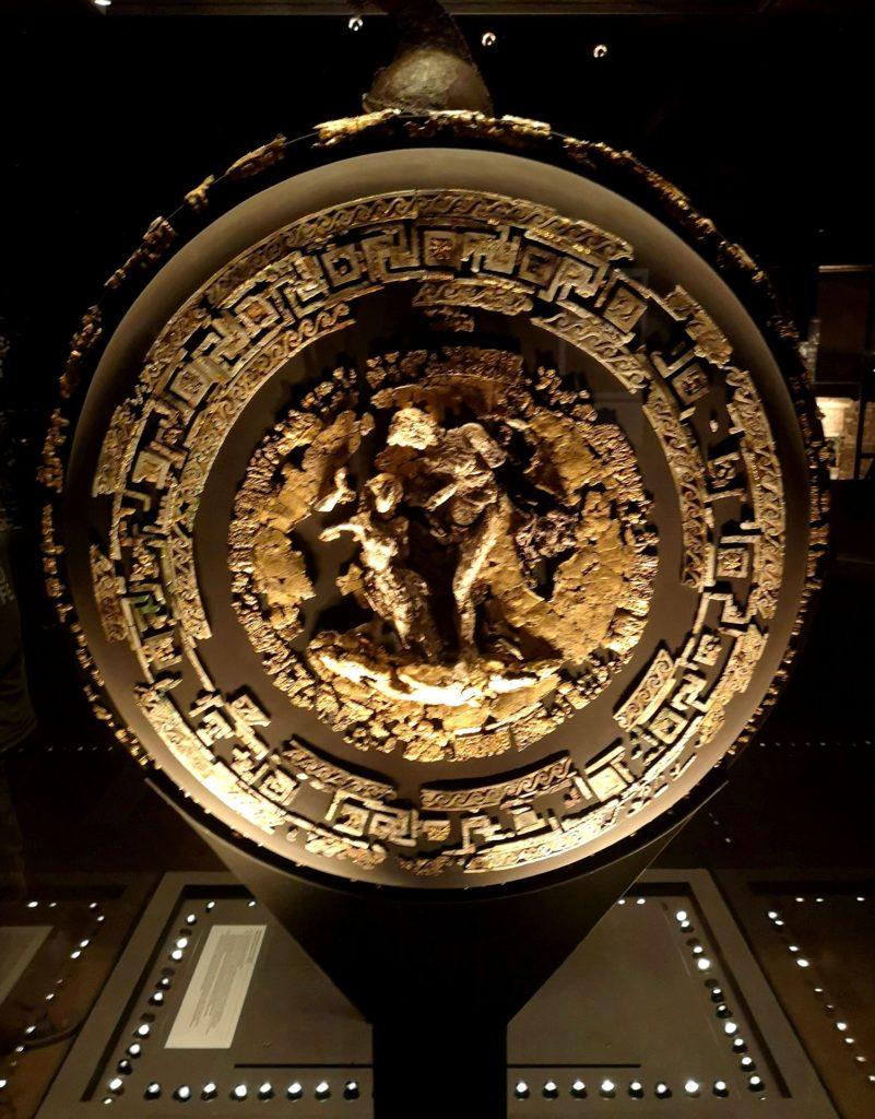 Στο Μουσείο των Βασιλικών Τάφων της Βεργίνας, ασπίδα βασιλιά Φιλίππου Β'