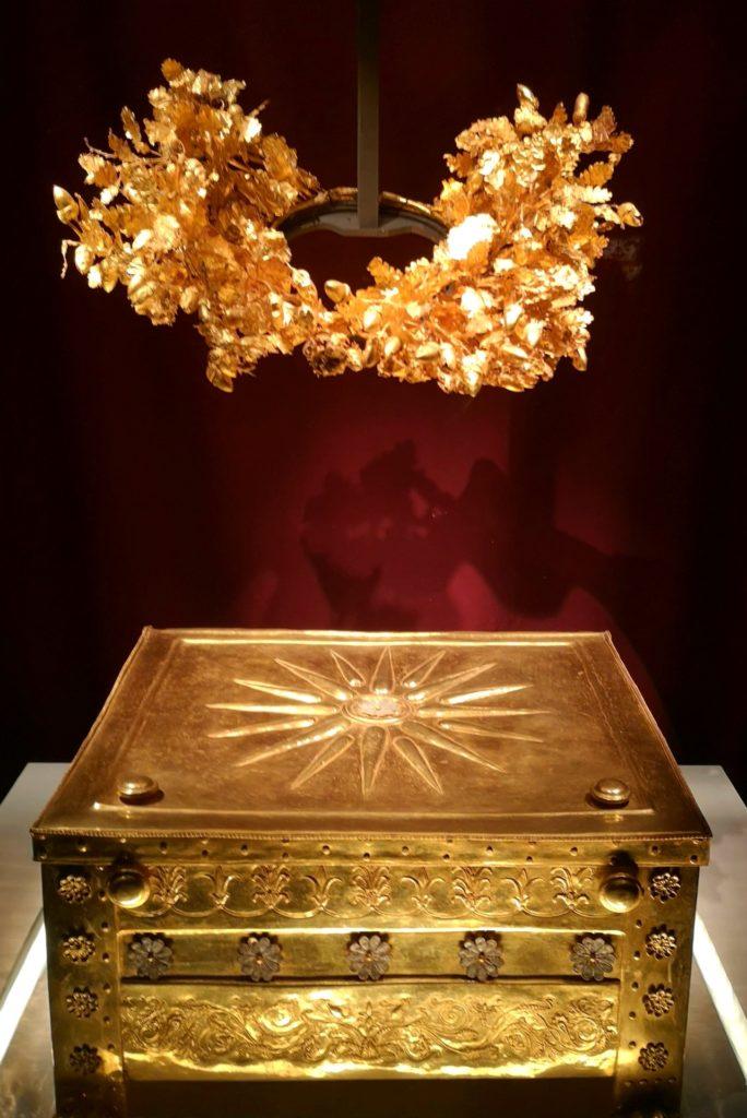 Στο Μουσείο των Βασιλικών Τάφων της Βεργίνας, χρυσή λάρνακα με δεκασξέκτινο αστέρι που περιείχε τα οστά του βασιλιά Φιλίππου Β'
