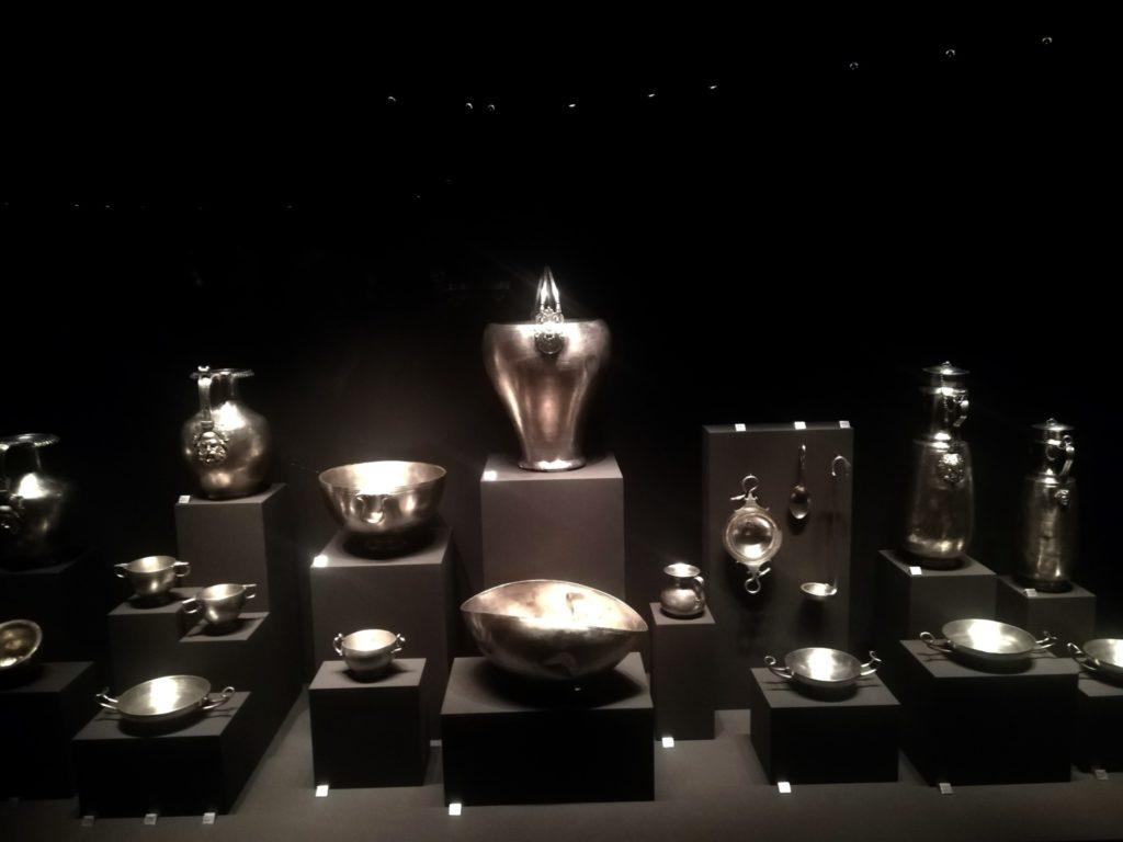 Στο Μουσείο των Βασιλικών Τάφων της Βεργίνας, ασημένια σκεύη