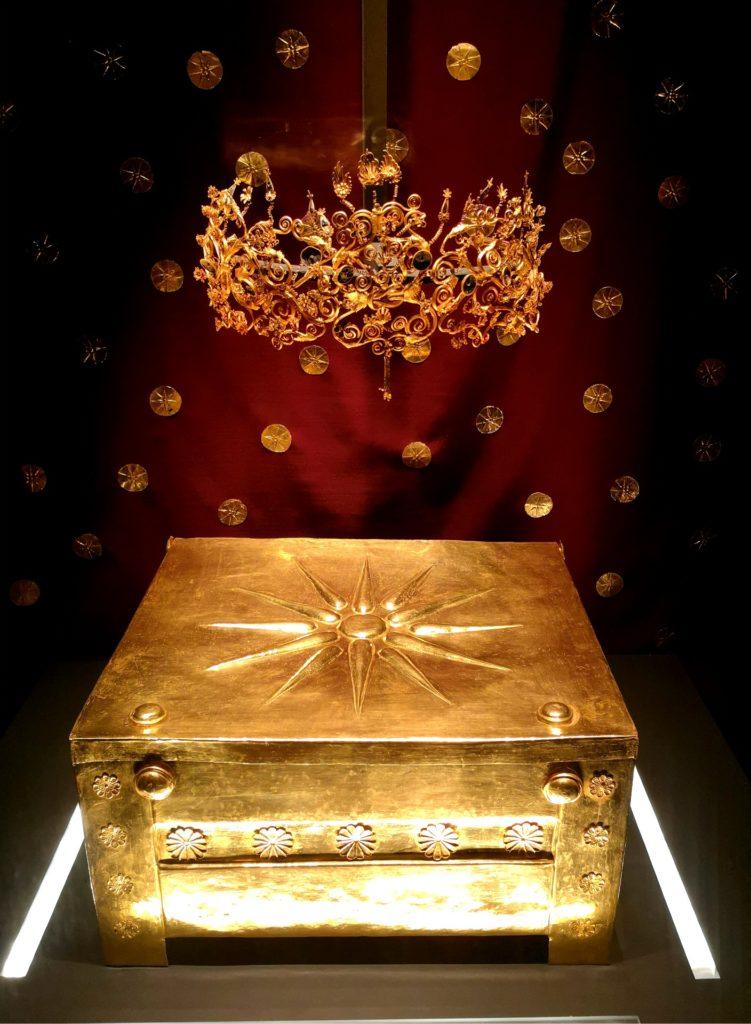 Στο Μουσείο των Βασιλικών Τάφων της Βεργίνας, χρυσή λάρνακα με τα οστά τη Μήδας