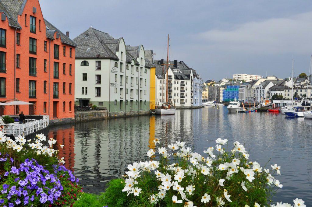 Tαξίδι στο Μπέργκεν, στους καταρράκτες και στα φιορδ της Νορβηγίας. Μικρό φιόρδ στην πόλη  Μπέργκεν.