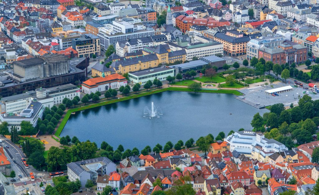 Tαξίδι στο Μπέργκεν, στους καταρράκτες και στα φιορδ της Νορβηγίας. Αξιοθέατα στην πόλη Μπέργκεν. Πάρκο Byparken στην πόλη Μπέργκεν.
