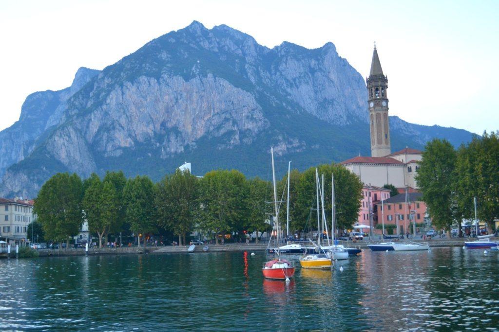 Η προετοιμασία ενός οδικού ταξιδιού στην Ευρώπη. Λίμνη Lecco στη Βόρεια Ιταλία