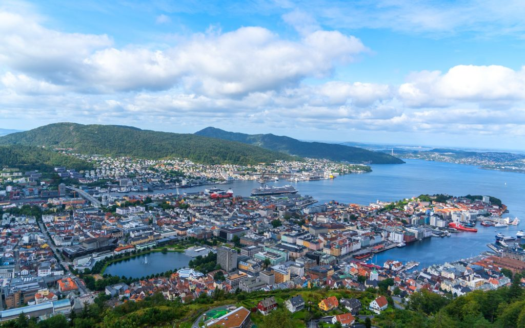 Tαξίδι στο Μπέργκεν, στους καταρράκτες και στα φιορδ της Νορβηγίας. Αξιοθέατα στην πόλη Μπέργκεν. Πανόραμα του Μπέργκεν από τον λόφο Φλόιγεν (Floyen).