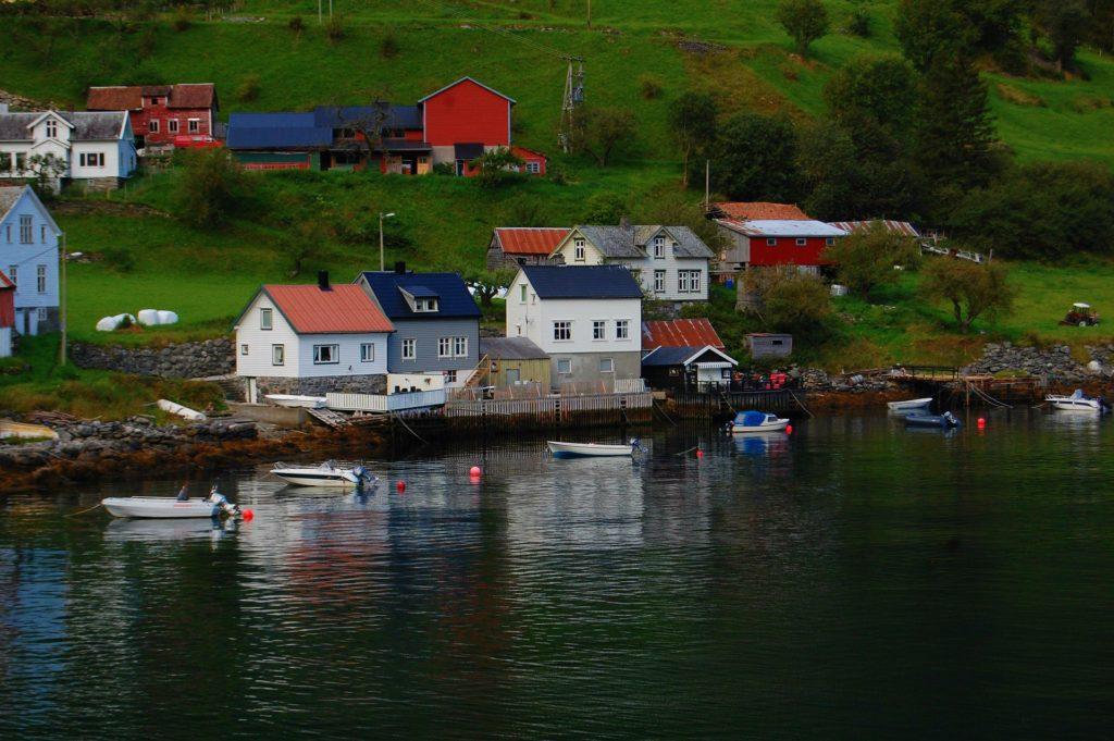 Tαξίδι στο Μπέργκεν, στους καταρράκτες και στα φιορδ της Νορβηγίας. Χωριό στη Νορβηγία.