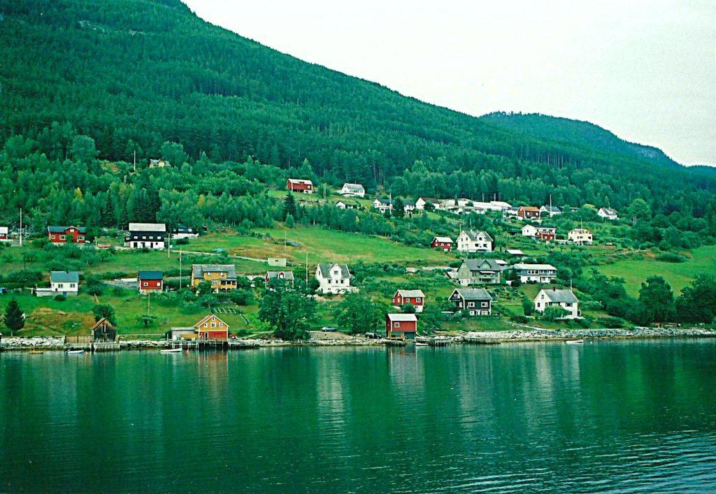 Tαξίδι στο Μπέργκεν, στους καταρράκτες και στα φιορδ της Νορβηγίας. Το ψαροχώρι Gudvangen Νορβηγία.