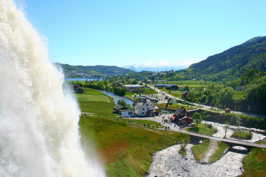 Tαξίδι στο Μπέργκεν, στους καταρράκτες και στα φιορδ της Νορβηγίας .Καταρράκτης Steinsdalsfossen.