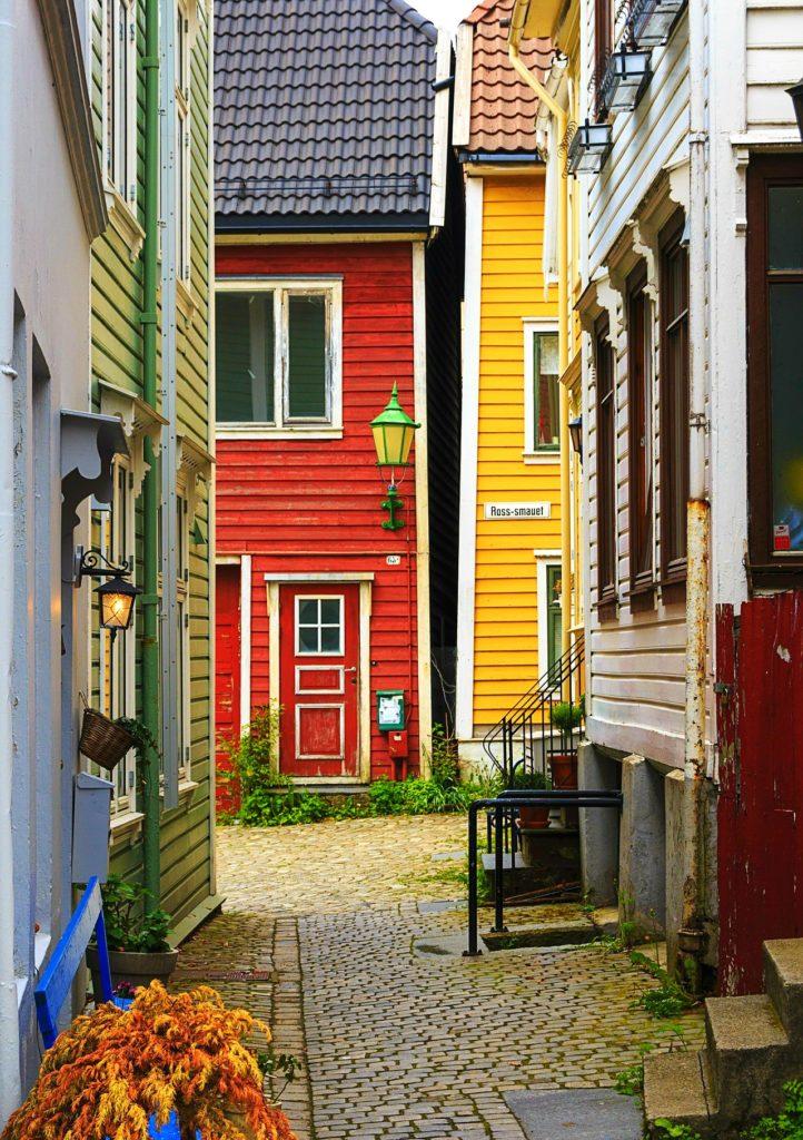 Tαξίδι στο Μπέργκεν, στους καταρράκτες και στα φιορδ της Νορβηγίας. Σοκάκι στην πόλη Μπέργκεν.