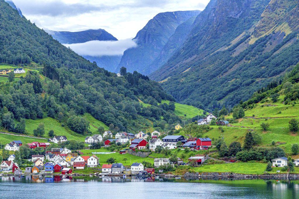 Tαξίδι στο Μπέργκεν, στους καταρράκτες και στα φιορδ της Νορβηγίας. Χωριό της Νορβηγίας.