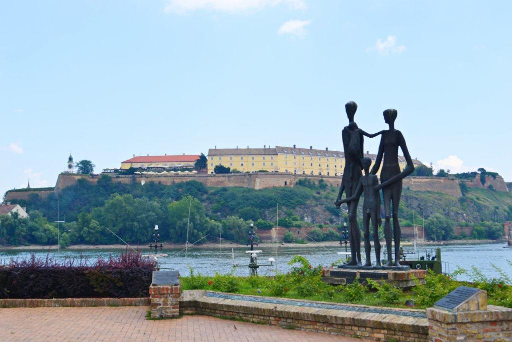 """Δυο μέρες στο Νόβι Σαντ της Σερβίας. Το μνημείο """"Οικογένεια¨."""