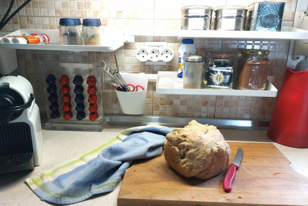 30 ιδέες για την καθημερινότητα όλης της οικογένειας_ράφια οργάνωσης για την κουζίνα για να επωφεληθείτε χώρο στον πάγκο