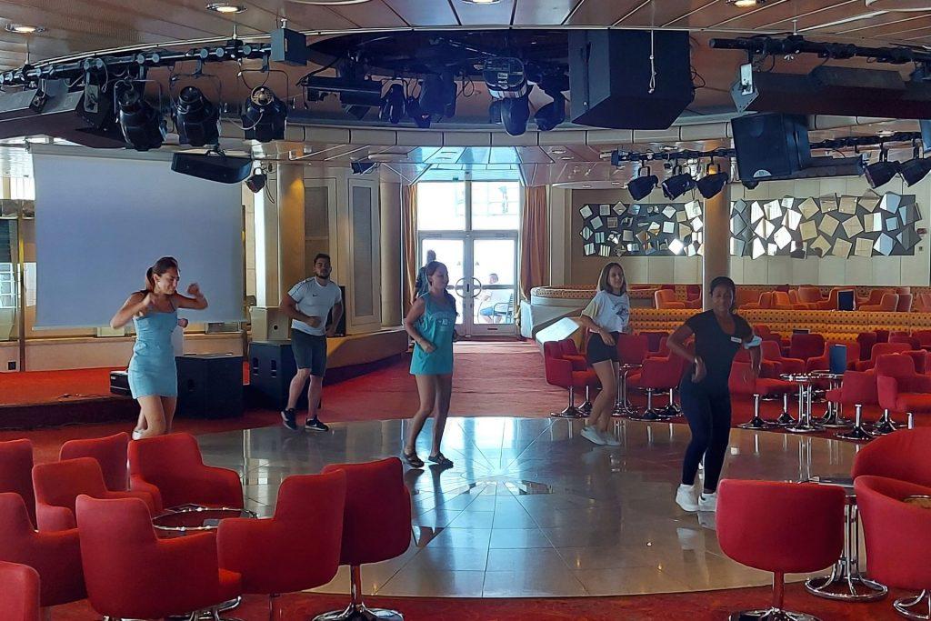 Οικογενειακή κρουαζιέρα με τη Celestyal Cruises εξερευνώντας το Μυθικό Αρχιπέλαγος. Ζούμπα και λάτιν χοροί στο celestyal olympia