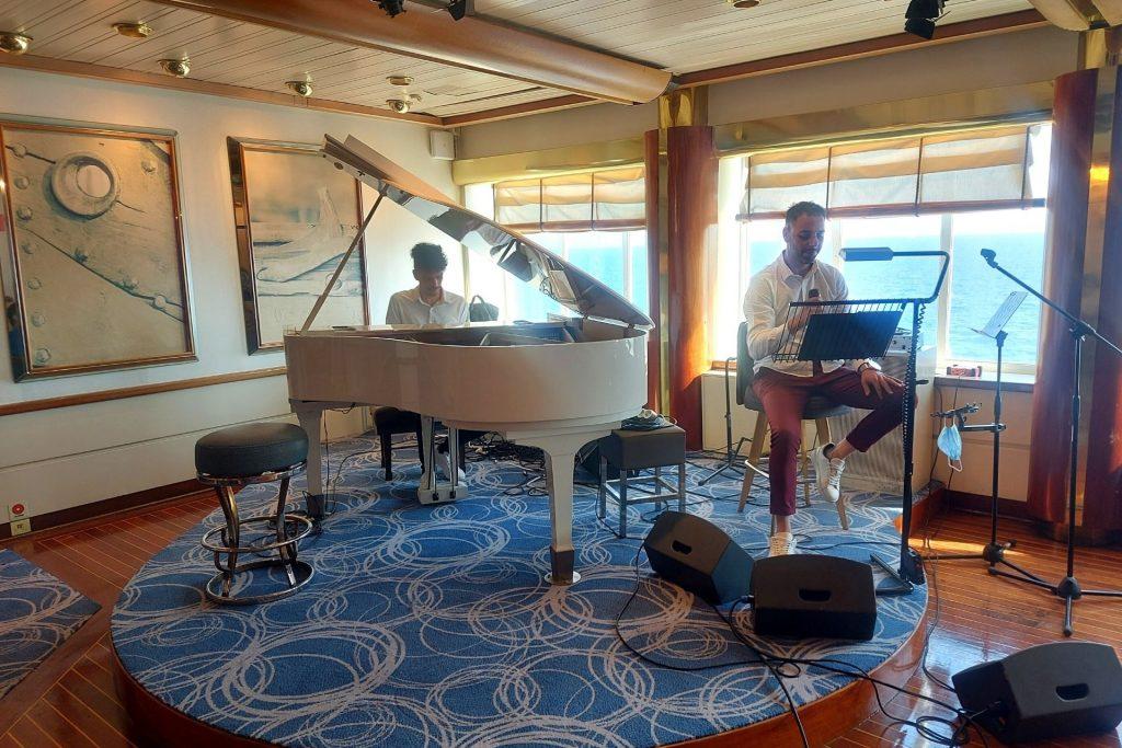 Οικογενειακή κρουαζιέρα με τη Celestyal Cruises εξερευνώντας το Μυθικό Αρχιπέλαγος, ζωντανή μουσική στο μπαρ
